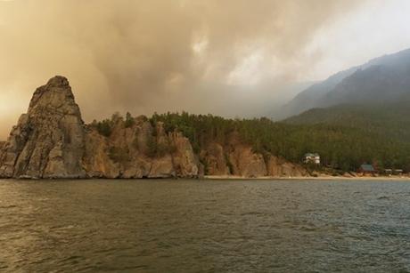 Пожар в бухте Песчаной. Автор — Алексей Горячих