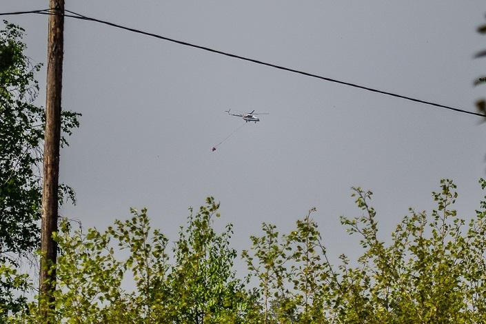 Вертолет на тушении. Фото Ильи Татарникова