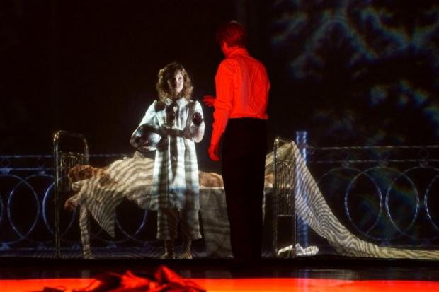 Сцена из спектакля «Идиот». Автор фото — Анатолий Бызов