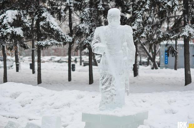 Ледяной памятник Александру Третьему. Фото Ильи Татарникова
