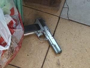 Пистолет преступника. Фото пресс-службы ГУВД и УФСБ по Иркутской области