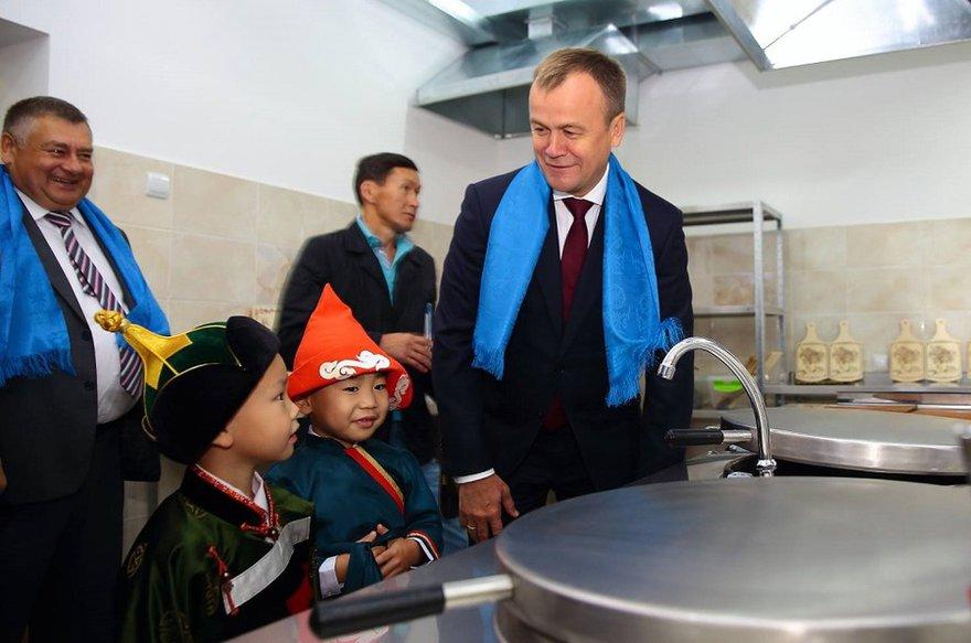 В сентябре на открытии детсада в Баяндае. Фото со страницы Сергея Ерощенко в Facebook