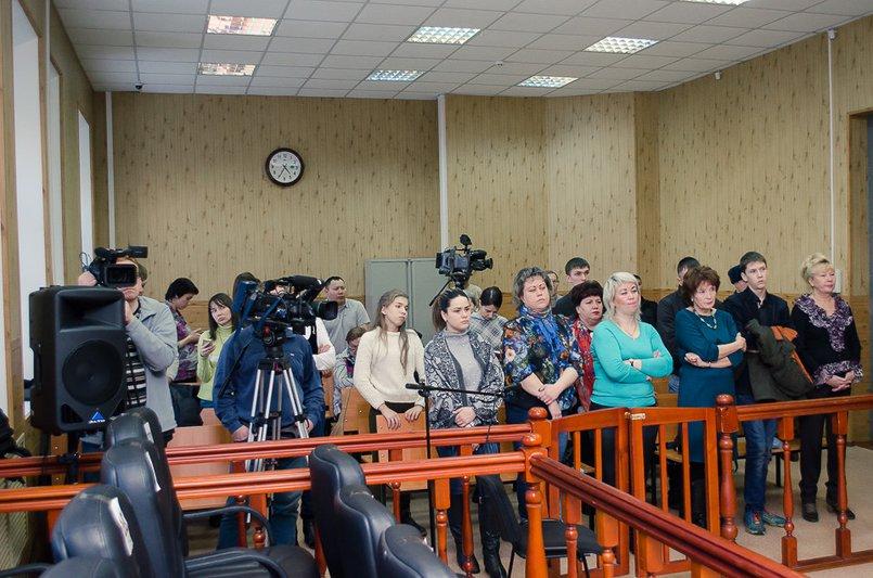 Родственники погибших и журналисты во время оглашения приговора