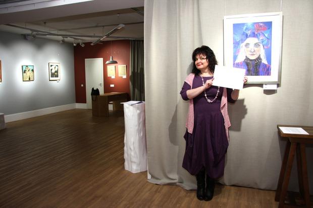 Яна с портретом Веры Рыжкович