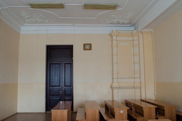 В некоторых аудиториях сохранилась лепнина и камин.  Автор фото — Илья Татарников
