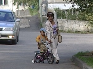 Мама гуляет с ребенком. Фото из архива НТС.
