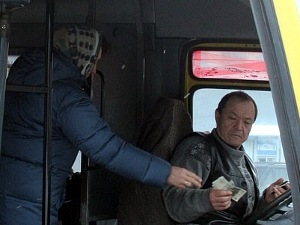 Оплата проезда в автобусе. Фото Роман Киташов.