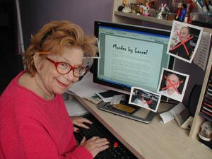 Женщина за компьютером.