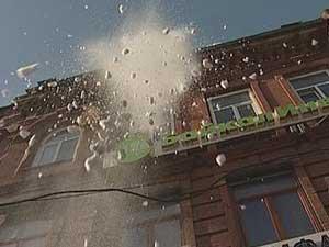 Снег с крыши здания в Иркутске. Фото АС Байкал ТВ.
