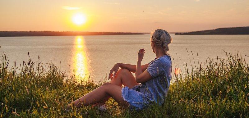 Девушка любуется закатом. Фото с сайта pixabay.com