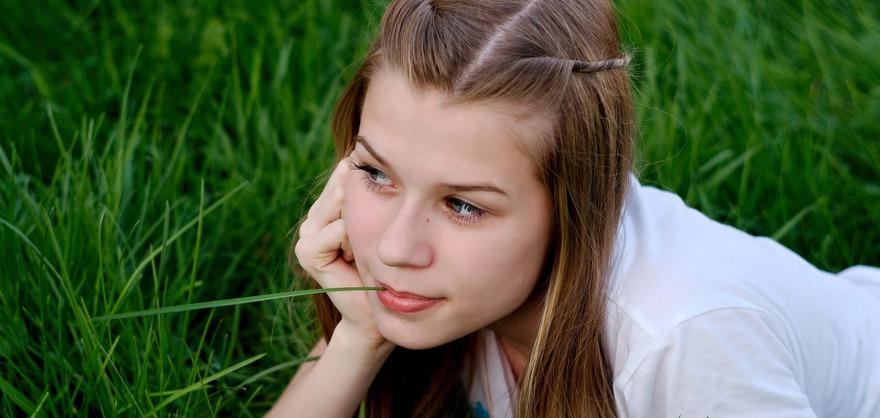 Девушка в траве. Фото с сайта www.pixabay.com