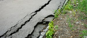 Иркутяне пожаловались на лужи и разбитый тротуар после ремонта дорог