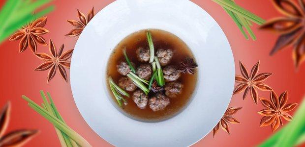 Фрикадельки из свинины с креветками в ароматном бульоне