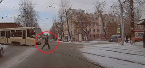 Автохам: пешеход VS трамвай
