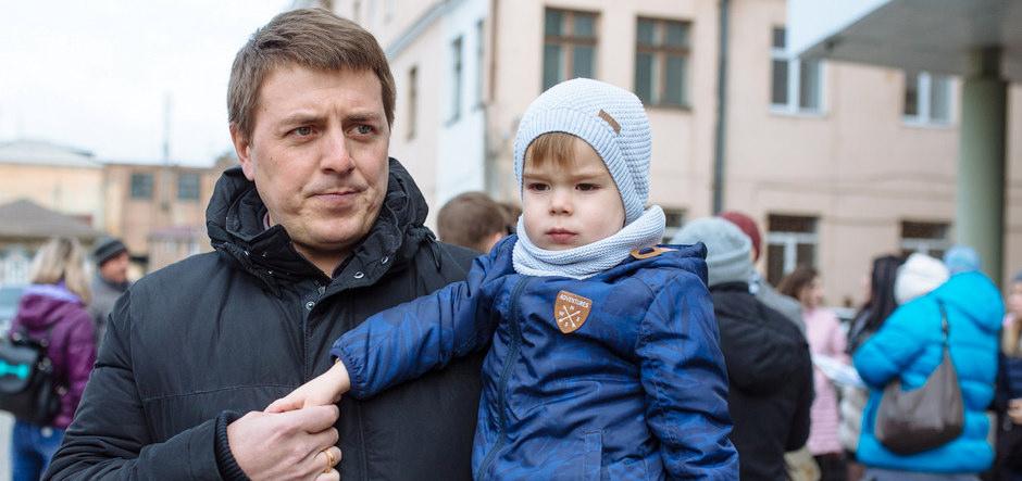 Денис Гук с сыном. Автор фото - Зарина Весна