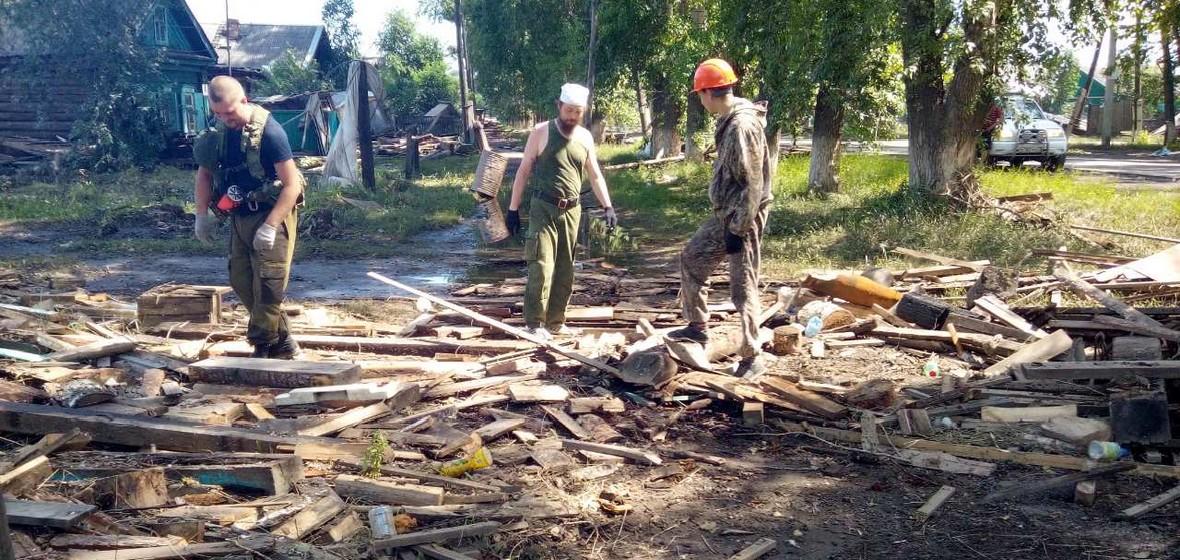 Волонтеры в Тулуне на разборе завалов после наводнения