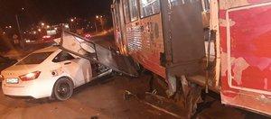 Обзор ДТП: Lada влетела в трамвай