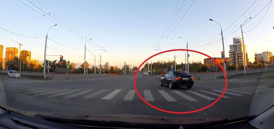 Автохам: дерзкий водитель BMW на красный