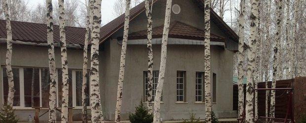 Сказочный дом с большими окнами и собственным гаражом
