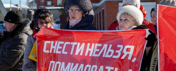 «Через шесть месяцев мы окажемся на улице». Жильцы дома на Пискунова, 40 вышли на митинг