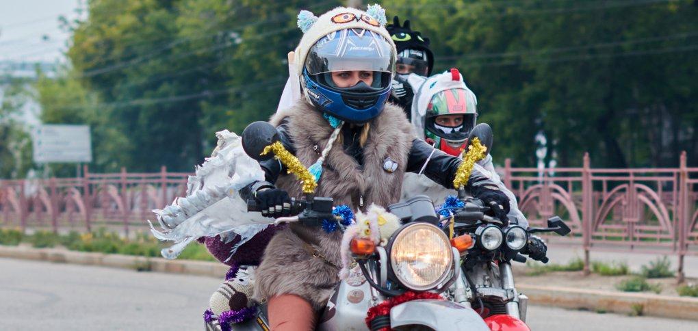 Колонна мотоциклистов проехала по центральным улицам города.