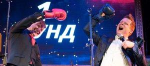Вокалист Харрисон Янг и ансамбль «Доктор Джаз» боксировали на сцене