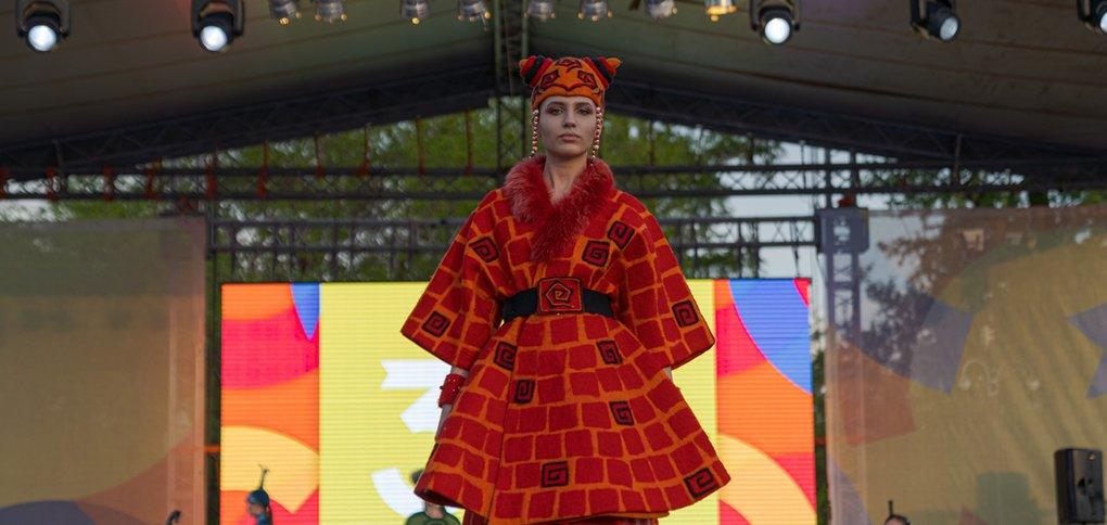 В День города в Иркутске состоялся гала-показ этнических костюмов.