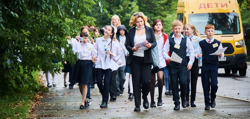 Школьники гуляли весь день несмотря на дождь.