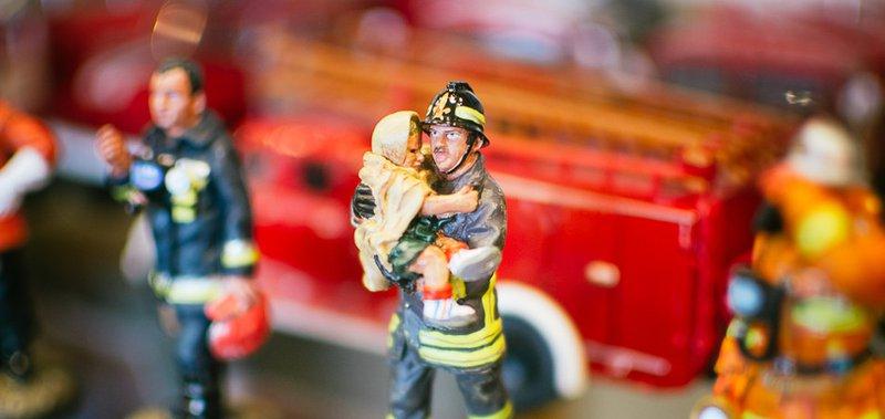 Глава МЧС региона собирает фигурки огнеборцев и пожарные машины.