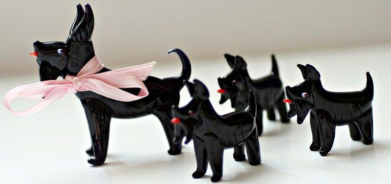 Елена Чемезова собирает статуэтки и брошки собак этой породы.