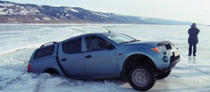 Выезжать на лёд опасно: подборка фотографий провалившихся машин