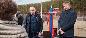 Сергей Сокол проверил благоустройство детской площадки в микрорайоне Лесной