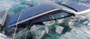 «Я игнорирую закон». Фотоподборка провалившихся под лед автомобилей