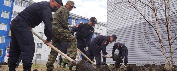 Сотрудники полиции и Росгвардии провели субботник в Луговом