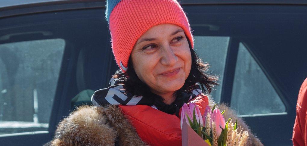 На дорогах города автоледи получили от полицейских букеты тюльпанов.