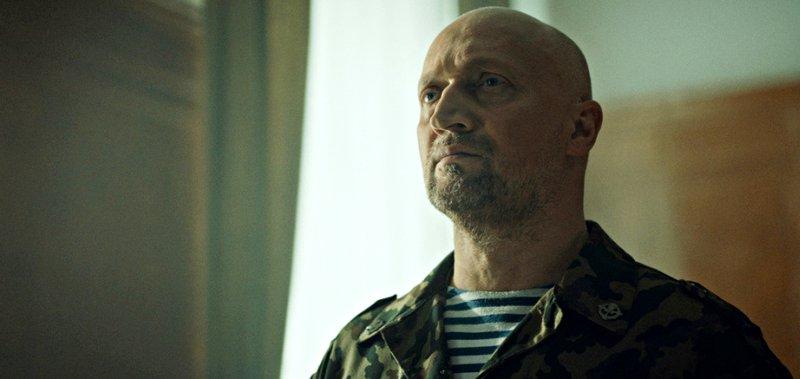 Гоша Куценко играет в войнушку.